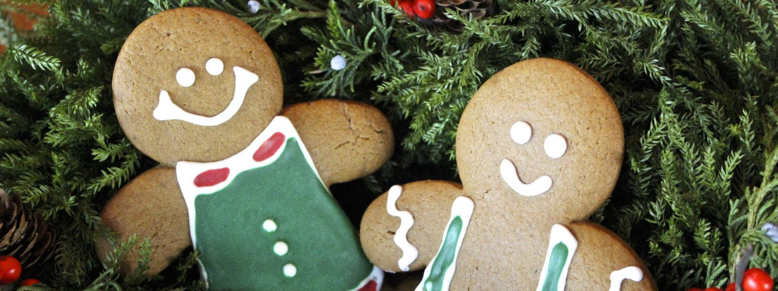 Two decorated gingerbread cookies in a wreath.